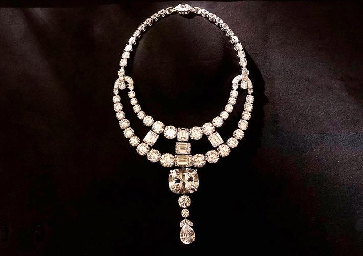 La collana con ossidi di zirconio su oro bianco