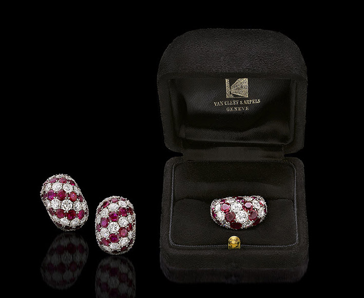 Van Cleef & Arpels, anello e orecchini in platino con 14 carati di diamanti taglio brillante e 15 carati di rubini tondi