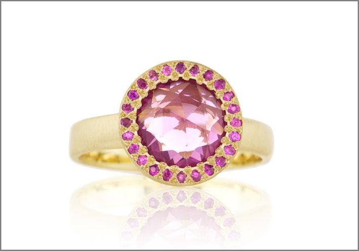 Anelloin oro giallo, diamanti, zaffiro rosa