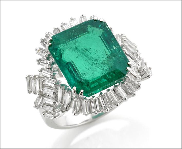Aanello con smeraldo colombiano di 13 carati avvolto da diamanti taglio baguette