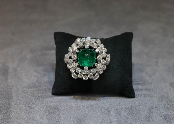 Spilla con diamanti e smeraldo colombiano