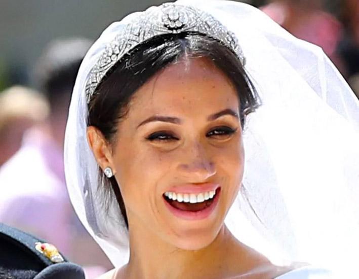 Meghan Markle con la tiara Diamond Bandeau a la tiara a fascia della Regina Mary, che la Regina Elisabetta le aveva prestato per l'occasione