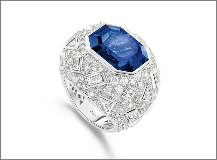 Piaget, anello Blue Ice in oro bianco 18K con 1 zaffiro blu taglio smeraldo dello Sri Lanka (circa 16,01 carati), 7 diamanti taglio baguette (circa 1,10 carati), 5 diamanti taglio princess (circa 0,15 carati), 7 diamanti taglio triangolare (circa 0,93 carati) e 208 diamanti taglio brillante (circa 5,79 carati). Creazione unica