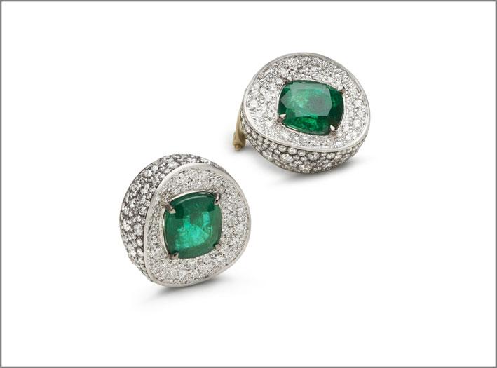 Orecchini in oro bianco, diamanti, smeraldi