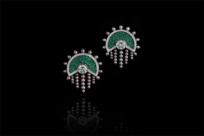 Orecchini con diamanti, smeraldi, perle naturali, oro bianco e annerito