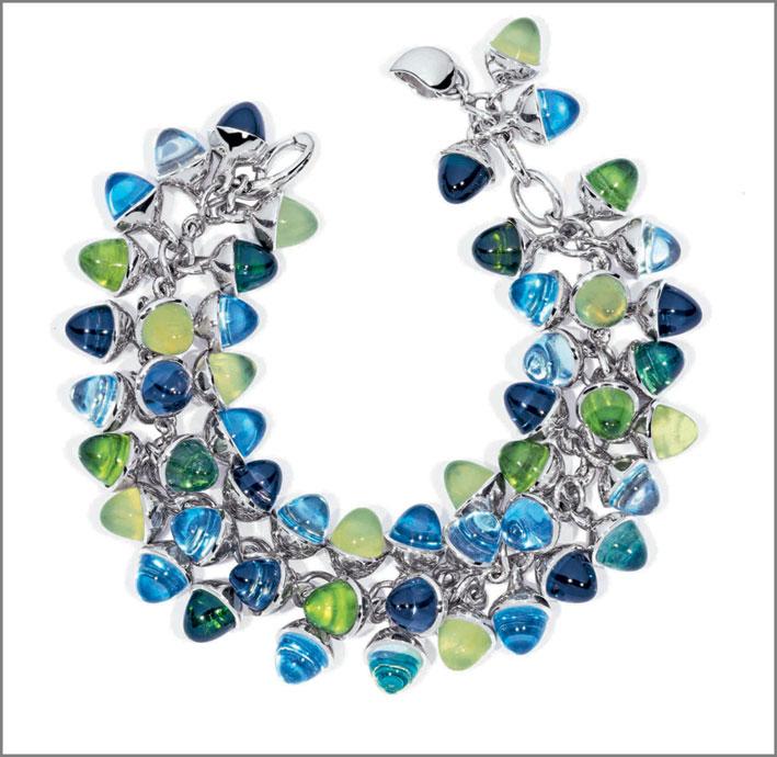 Bracciale Mikado Flamenco Caribbean, oro bianco 18 carati, 51 gemme di tormalina verde, topazio azzurro cielo, topazio azzurro e blu Londra, iolite, peridoto. Prezzo: 39.990 euro