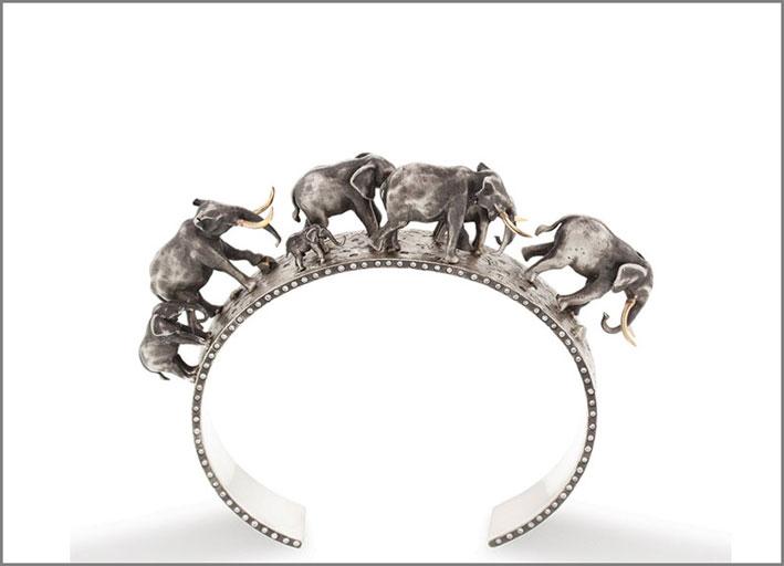 Heather B. Moore, vincitrice del premio Best in Silver con questo bracciale ornato da elefanti