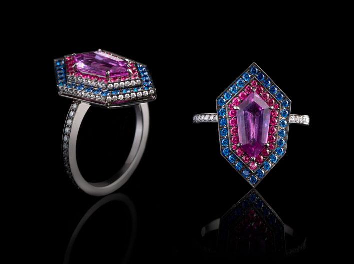 Kite ring, zaffiro viola con spinelli rosa, zaffiri blu, diamanti, oro bianco