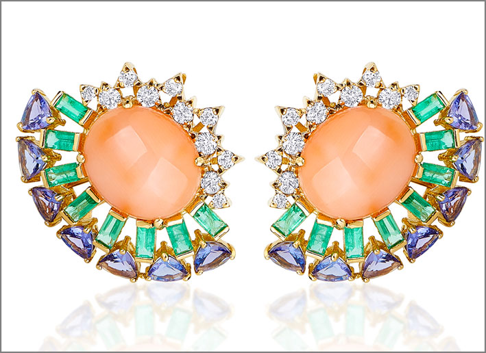 Orecchini in oro, corallo rosa, smeraldi, diamanti