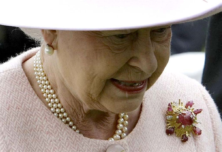 La regina Elisabetta indossa gli orecchini con perle