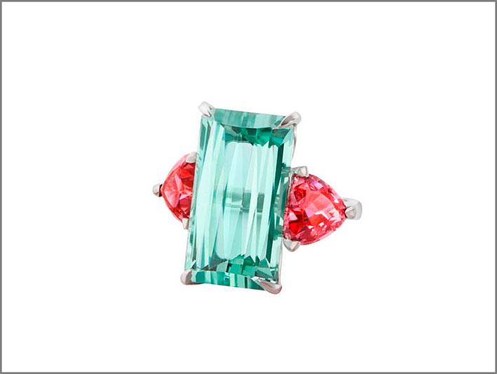 Anello con tormalina azzurra e spinelli color «rosa canguro»