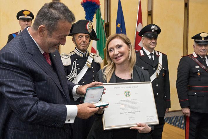 Silvia Damiani riceve l'onorificenza dal console d'Italia, Marcello Fondi