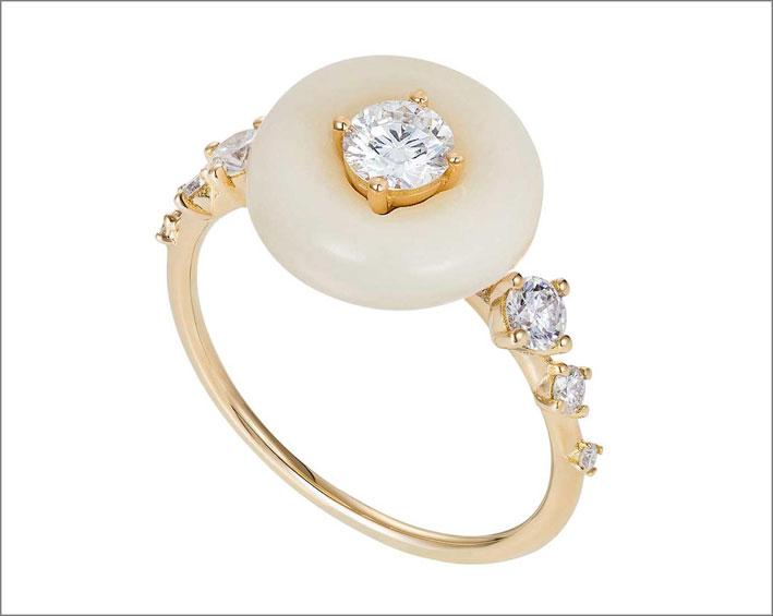 Anello con noce di tagua, oro giallo, diamanti