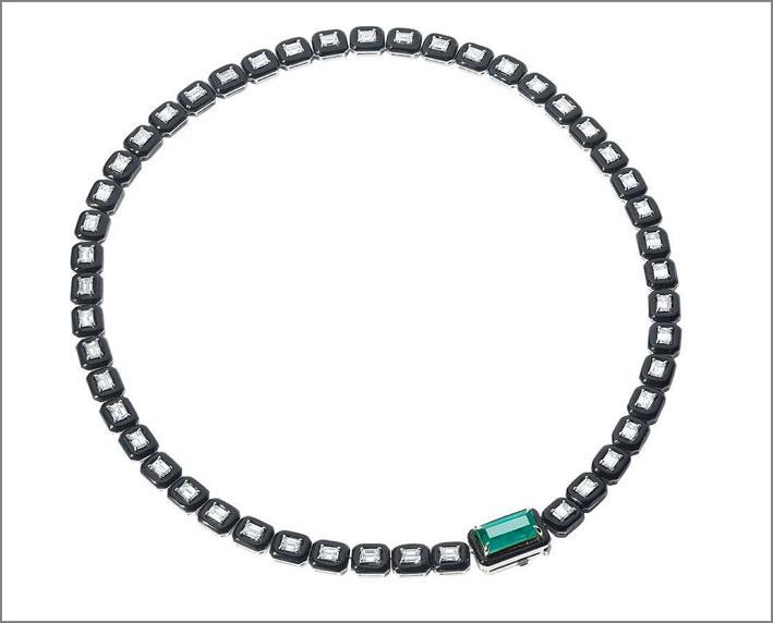 Collana della V Collection, in oro bianco, diamanti, smeraldo e smalto nero