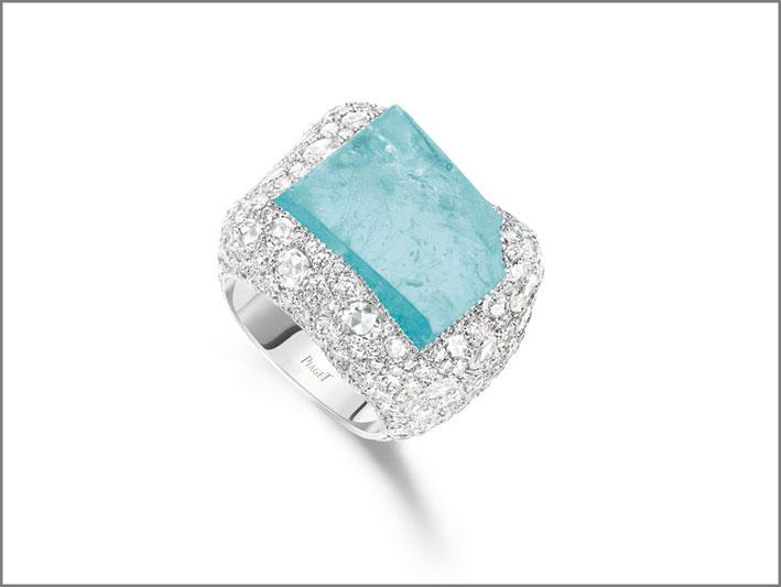 Anello Infinite Blue in oro bianco 18K con 1 tormalina Paraiba del Mozambico taglio fancy (circa 24,73 carati), 28 diamanti taglio rosa forma rotonda (circa 1,42 carati) e 383 diamanti taglio brillante (circa 6,69 carati). Creazione unica