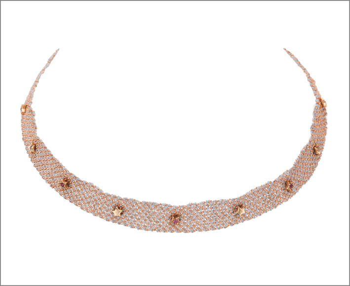 Girocollo in oro rosa e seta azzurra, con borchie a forma di stella con zaffiri
