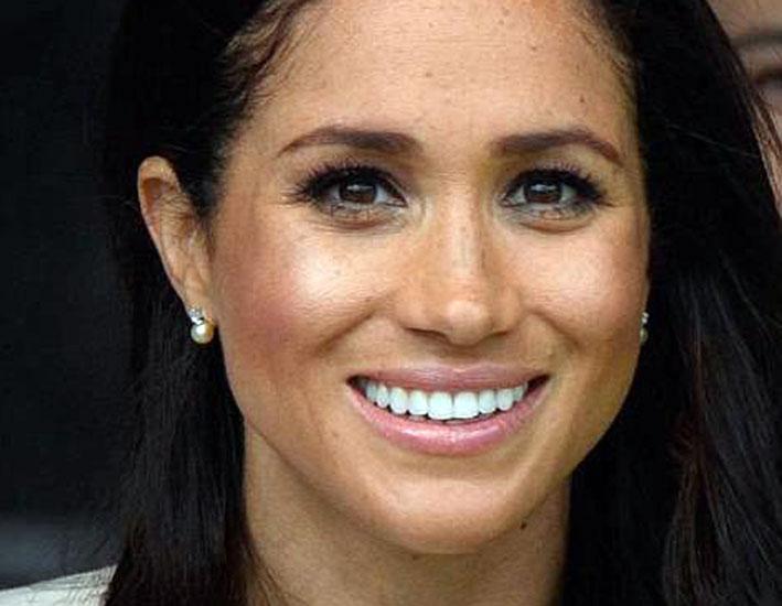 Meghan Markle con gli orecchini di perle regalati dalla regina