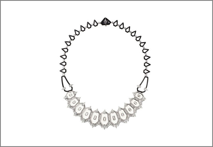 Nikos Koulis ha vinto il premio Best in Haute Couture con una la collana con diamanti, smalti e cristalli di rocca