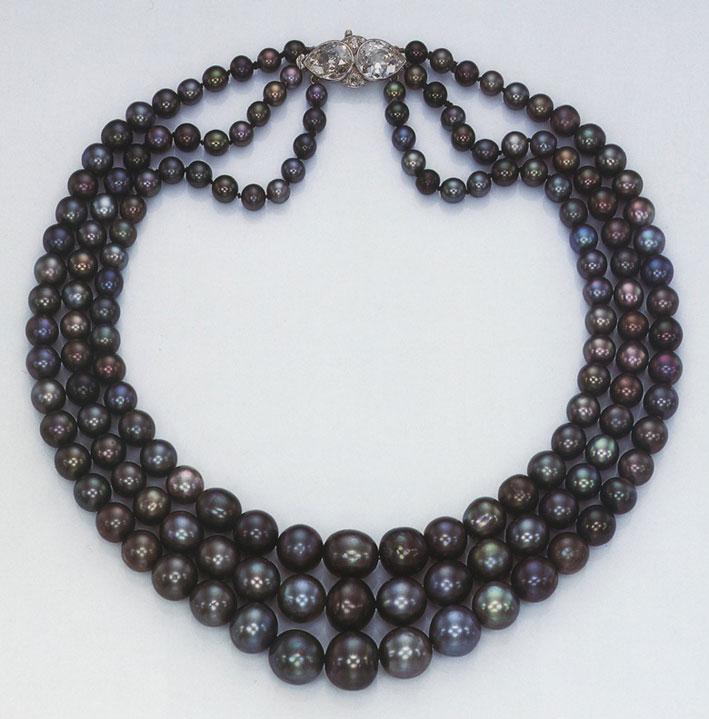 La collana di perle nere appartenuta a Nina Dyer