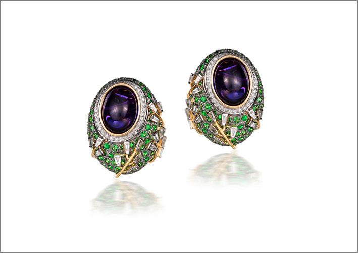 Orecchini della collezione Mozambico con ametista brasiliana ovale, granati, tsavorite, diamanti baguette