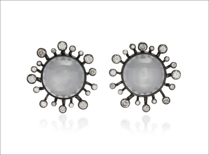 Orecchini in oro bianco, rodio nero, pietra luna cabochon, diamanti grigi