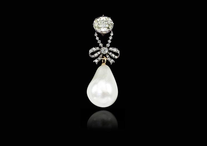 Pendente con diamanti e perla naturale di eccezionali dimensioni (26 x 18 millimetri) appartenuto alla regina Maria Antonietta