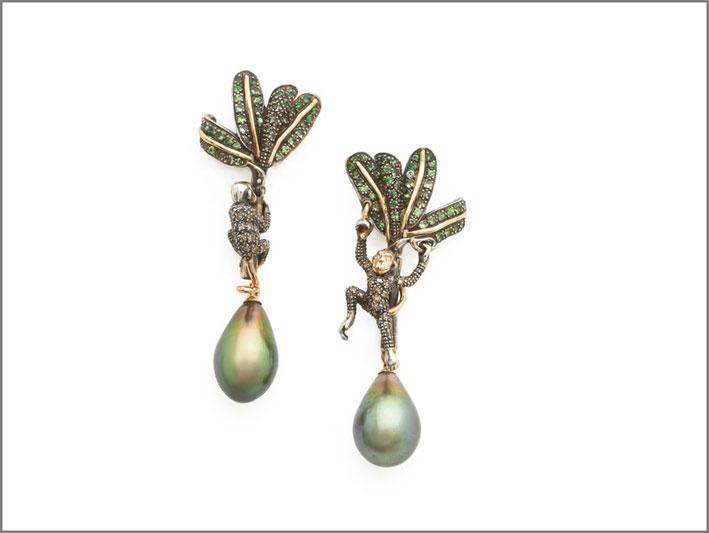 Orecchini con due perle color pistacchio, tsavoriti, argento, diamanti brown