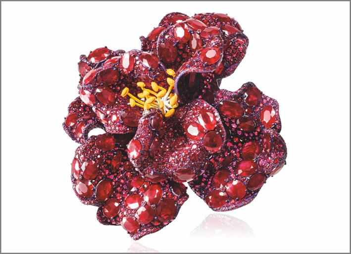 Cindy Chao, spilla Peonia in oro bianco,  titanio con rubini e smalto, nuovo pezzo della linea Black Label