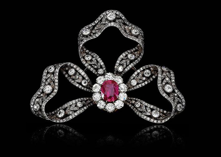 Spilla a fiocco in diamanti e rubino birmano da 6,89 carati, appartenuta a Maria Anna d'Austria
