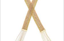 Carolina Bucci, dettaglio della sciarpa arcobaleno