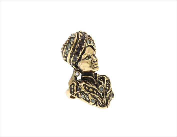 Anello Moro in ottone dorato con granati, smeraldi, micro perle e cristalli Swarovski