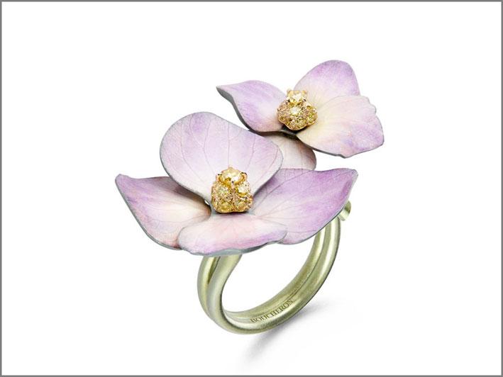 Anellodi Boucheron in titanio, diamanti e petali naturali