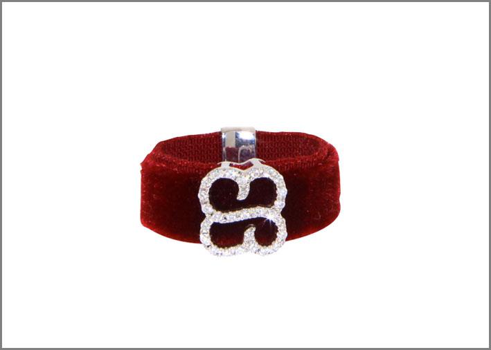 Anello in velluto rosso, oro e diamanti
