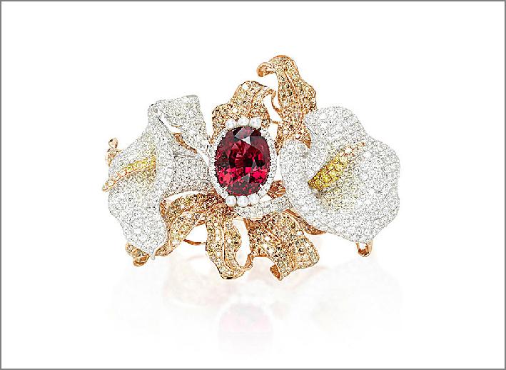 Bracciale a forma di fiore con un granato al centro, diamanti, rodolite