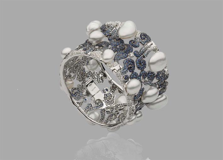 Bracciale Clud ispirato alla Città Proibita di Pechino. Oro bianco, perle, zaffiri, diamanti