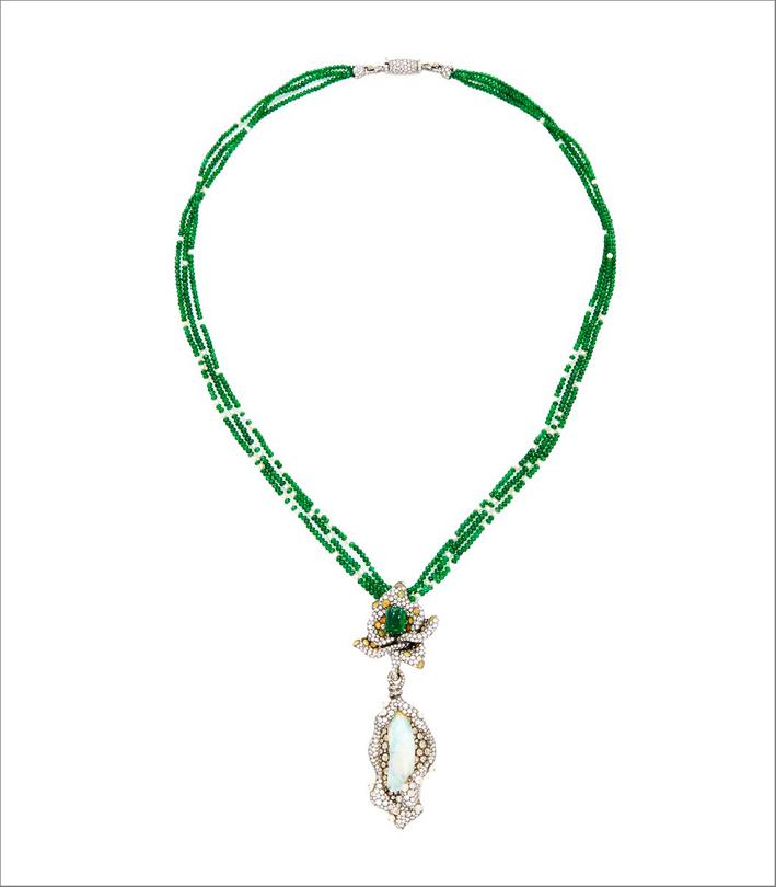 Collana in oro nero 18 carati con smeraldi e opale