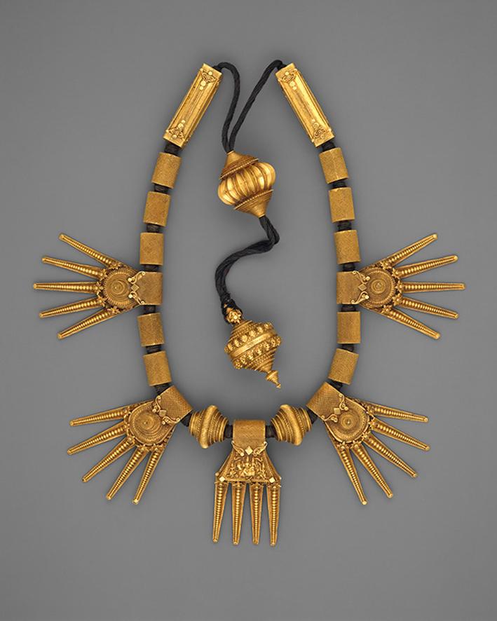 Collana di matrimonio (Thali ), fine del XIX secolo. India (Tamil Nadu). Oro incordato su filo nero. Metropolitan Museum of Art, New York. Dono di Cynthia Hazen Polsky, 1991
