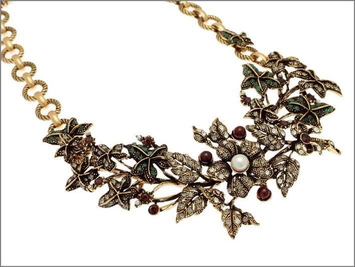 Collana semirigida in ottone dorato con smeraldi, bracche in granato, fiori con perle, Swarovski