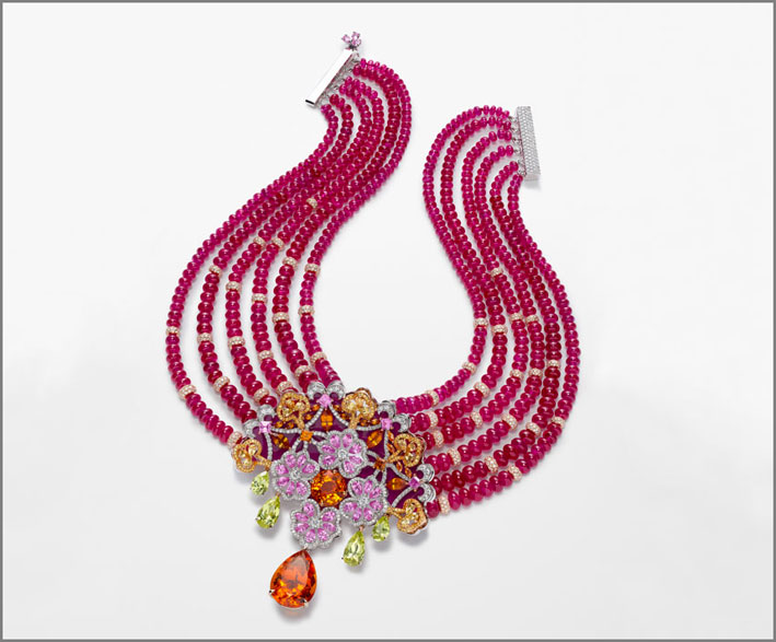 Collana in oro bianco e titanio, perle di rubini per 440 carati, spessartite taglio a pera, granati, diamanti taglio brillante, crisoberillo, zaffiri rosa e gialli