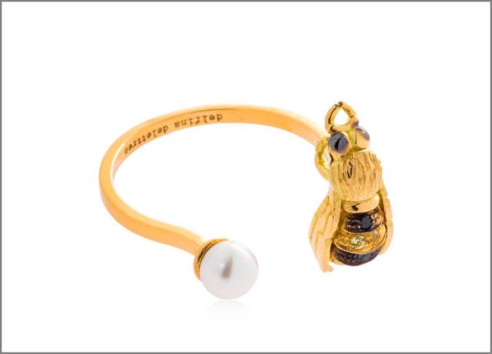 Anello in oro giallo, diamanti neri, zaffiri gialli, perla