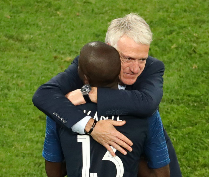 L'allenatore della nazionale francese con il bracciale di Messika