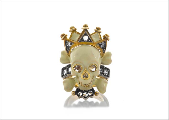 Anello in oro con smalto, diamanti, teschio e corona