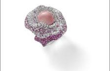 Anello in oro bianco con perla di conchiglia rosa, diamanti e zaffiri rosa