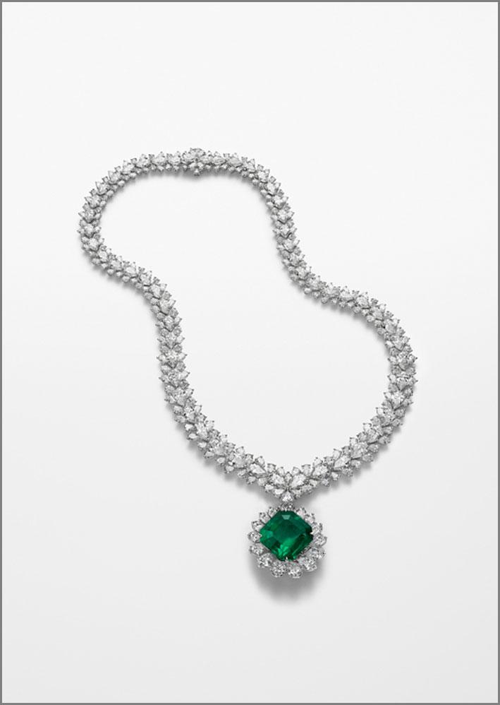 Collana in oro bianco con smeraldo taglio ottagonale e diamanti taglio a pera per 61 carati