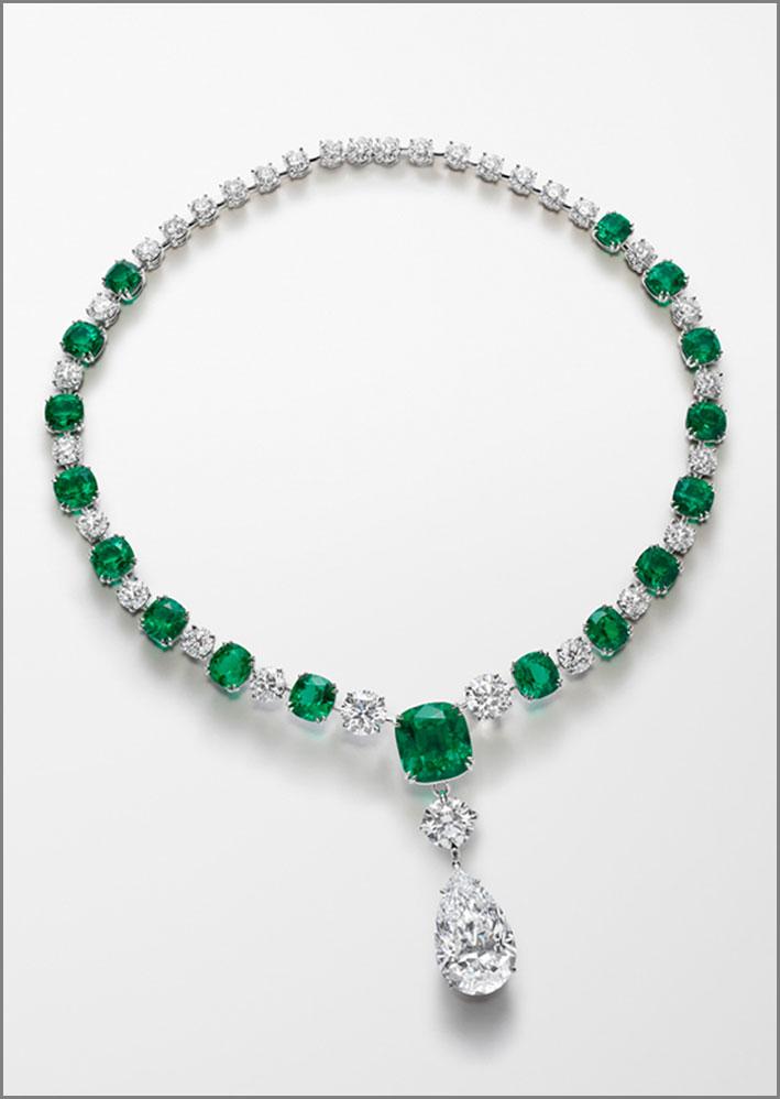 Collana in platino con 17 eccezionali smeraldi non trattati per 52 carati, un diamante a pera colore D di 20,5 carati e diamanti taglio brillante per 29,6 carati