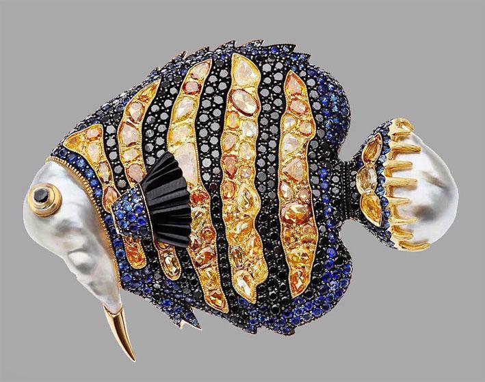 Spilla della collezione Oceania con perle barocche, oro, citrini, zaffiri, diamanti neri
