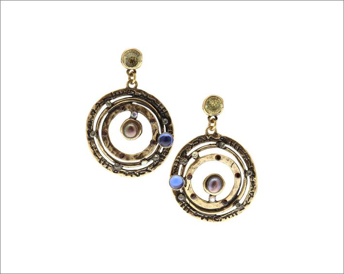 Orecchini Galassia in ottone dorato con cerchi concentrici, cristalli Swarovski,-granati, perla grigia