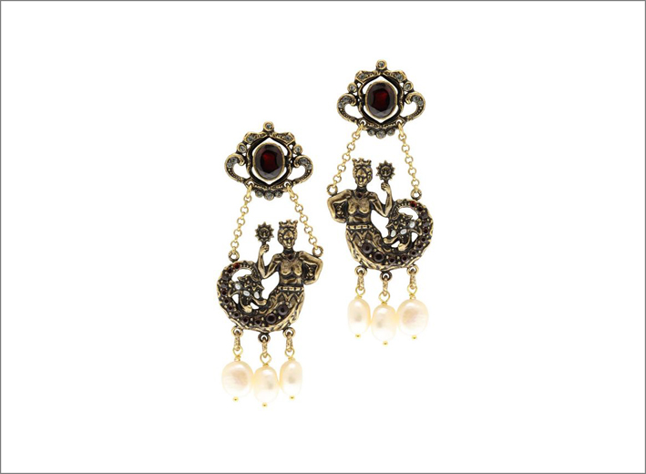Orecchini Regina dei mari a perno in ottone dorato, con granato, cristalli Swarovski e perle