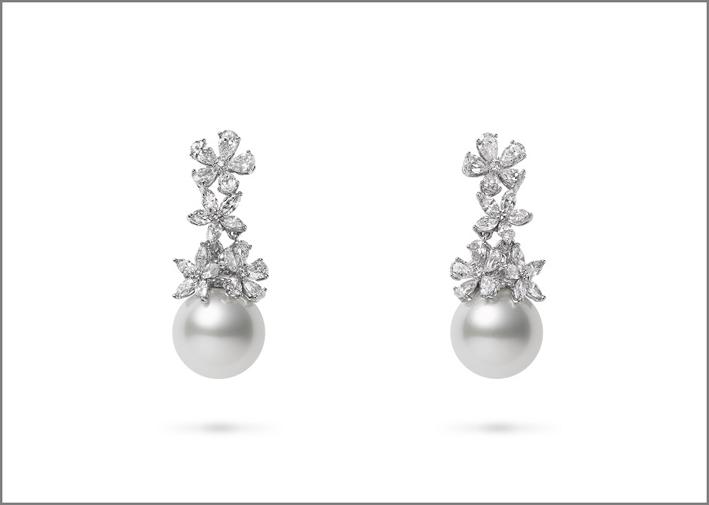 Orecchini in oro intarsiato e perle con diamanti