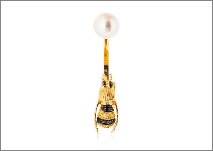 Orecchini della collezione To Bee or not to Bee in oro giallo, diamanti neri, zaffiri gialli, perla